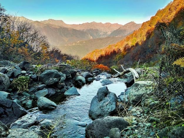 Панорамный вид воды на горный хребет.