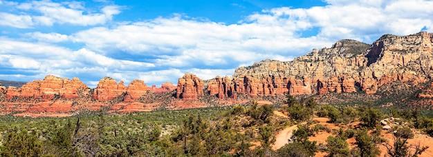 Панорамный вид на пустынный пейзаж возле седоны