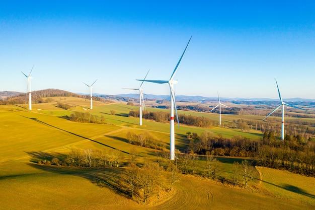 Панорамный вид на ветряную электростанцию или ветропарк, с высокими ветряными турбинами для выработки электроэнергии с