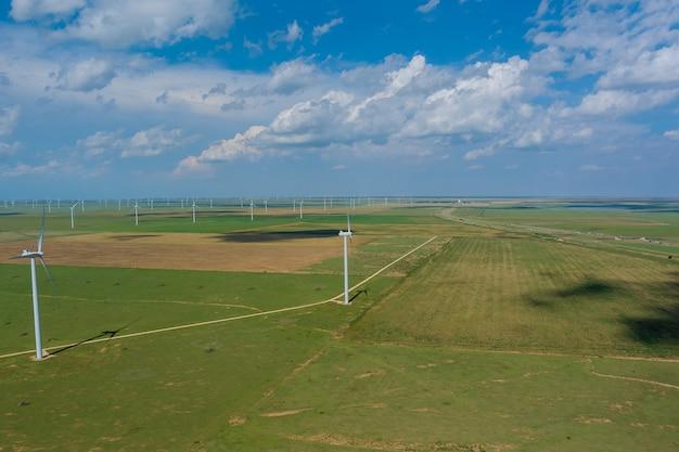 多くの風車の再生可能エネルギーの列がある米国テキサス州の風力タービン発電所のパノラマビュー