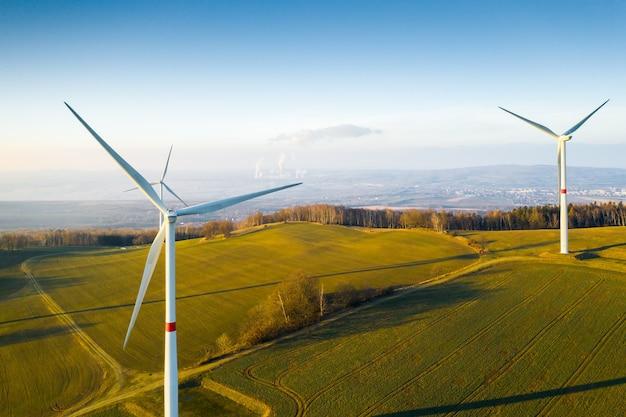 Панорамный вид на ветряные турбины или ветряные мельницы в поле для выработки электроэнергии