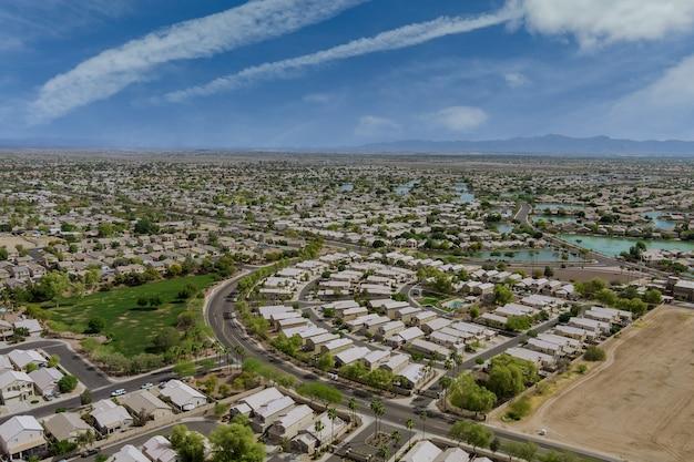 米国アリゾナ州の晴れた日にエイボンデールの町の家とのパノラマビュー