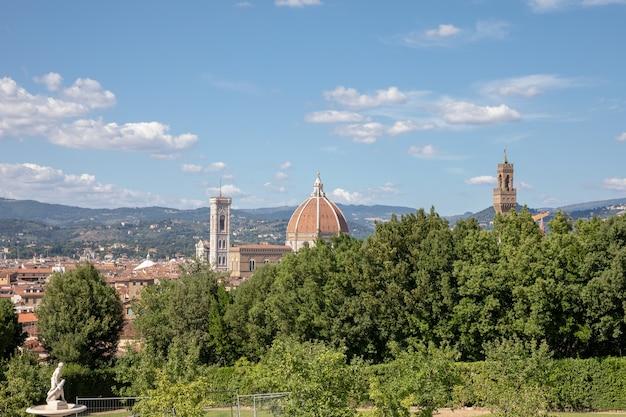 보볼리 정원(giardino di boboli)에서 이탈리아 피렌체(florence) 시의 역사적 중심지에 대한 탁 트인 전망은 공원입니다. 여름날과 푸른 하늘.