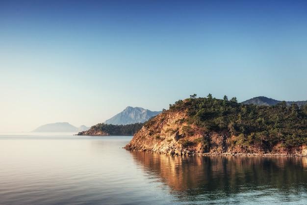Панорамный вид на морское побережье. индейка
