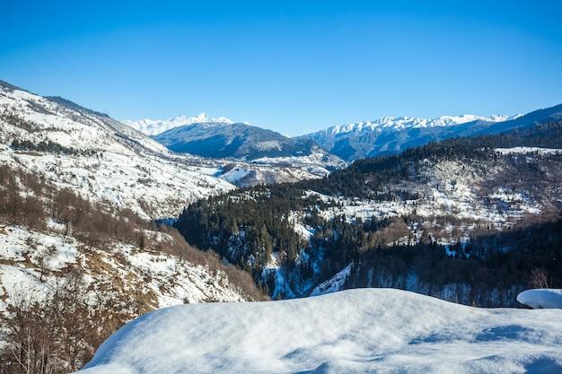 雪の冬の山々のパノラマビュー。コーカサス山脈。ジョージア州のスヴァネティ地方。