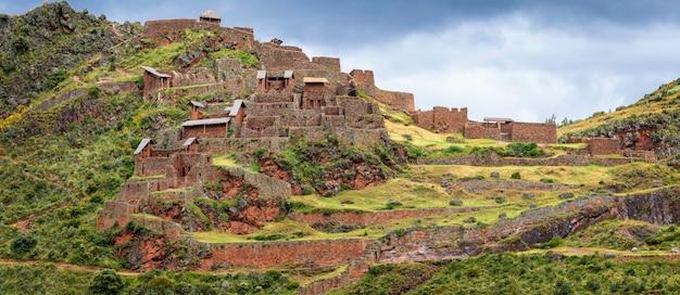 Панорамный вид на старые руины города писак. священная долина инков. cusco. перу. южная америка