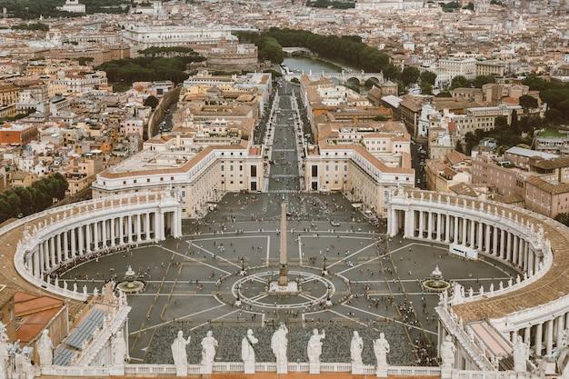 성 베드로 대성당(성 베드로 대성당)에서 성 베드로 광장과 로마 시의 탁 트인 전망. 여름날과 사람들이 광장을 걷다