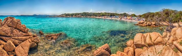 Costa smeralda, 북부 사르데냐, 이탈리아에서 가장 아름다운 해변 장소 중 하나 인 capriccioli의 매혹적인 해변의 파노라마 전망