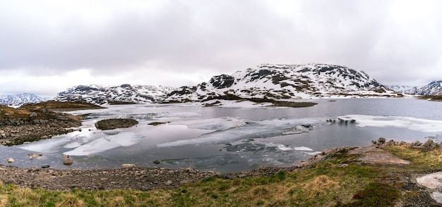 Vista panoramica del paesaggio norvegese innevato