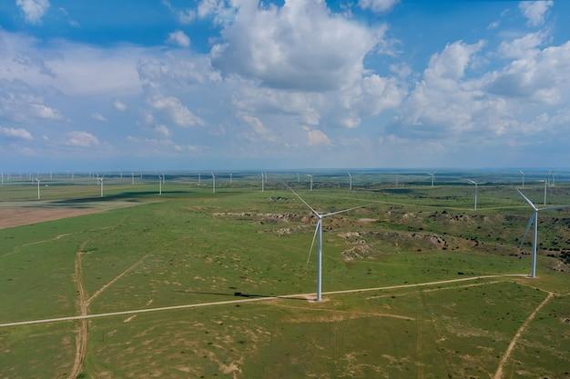 パノラマビュー風力タービン発電機ファームエコエネルギーのあるテキサスの風景の丘