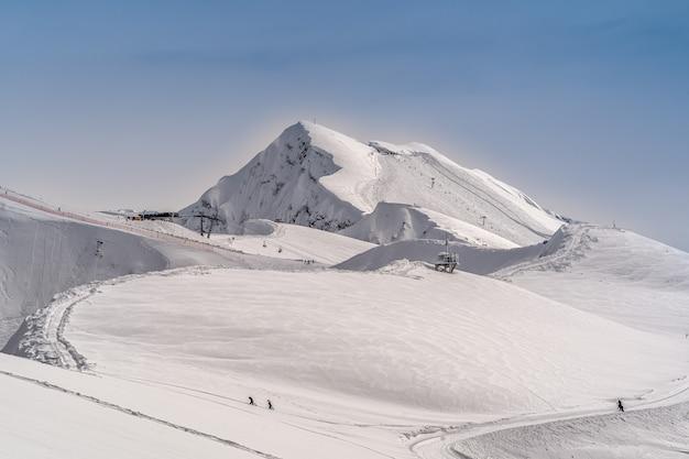 Панорамный вид на горы кавказа горнолыжного курорта красная поляна, сочи, россия.