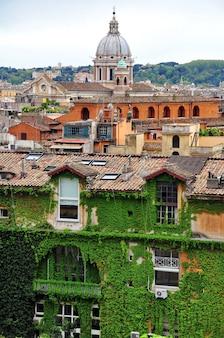 이탈리아 로마의 건물 지붕과 돔 전경