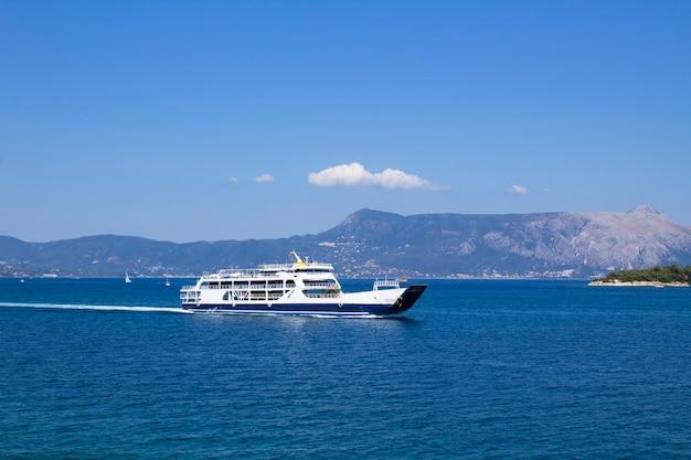 Панорамный вид на море и яхту в солнечный день. корфу. греция.
