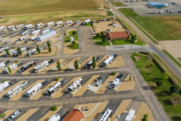 Панорамный вид путешествия трейлер на колесах кемпинг в кемпинге парковка кемпинг парк