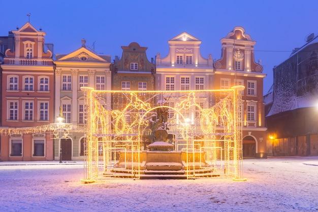 폴란드 포즈난(poznan) 크리스마스 밤에 올드 타운(old town)의 올드 마켓 스퀘어(old market square)에서 상인 주택과 장식된 분수가 있는 탁 트인 전망