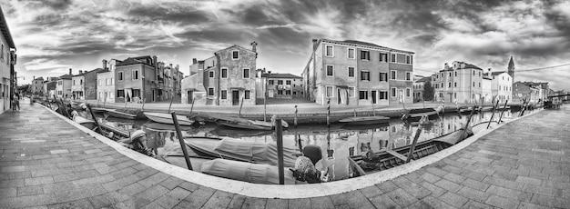 이탈리아 베니스(venice)의 부라노(burano) 섬에 있는 운하를 따라 아름다운 집들이 있는 탁 트인 전망. 섬은 그림 같은 건축물로 인해 관광객들에게 인기있는 명소입니다.
