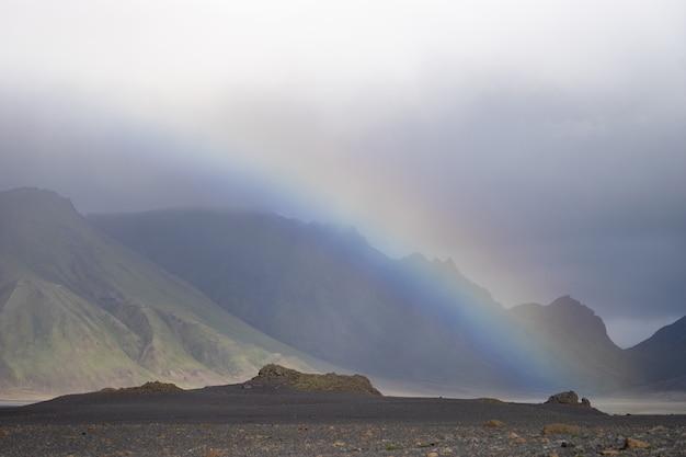 산에 무지개와 비가 동안 화산 풍경과 파노라마 전망. 아이슬란드, laugavegur 하이킹 트레킹.