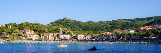 Панорамный вид на средневековый порт с лодками на воде. концепция путешествия