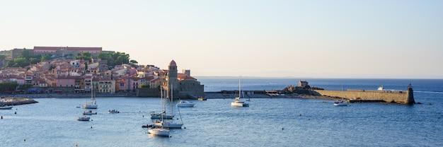 水上にボートがある中世の港のパノラマビュー。旅行のコンセプト