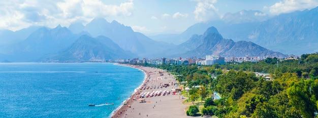 Панорамный вид на анталию и побережье средиземного моря, а также пляж и красивые горы в облаках. анталия, турция