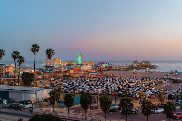 Панорамный вид на санта-монику и пляж на закате и полностью заполненную парковку по выходным.