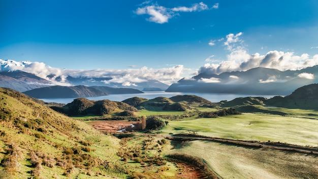 Панорамный вид с вершины пика роя на озеро ванака.