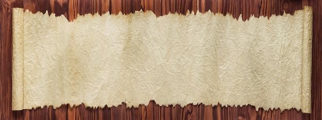 오래 된 종이의 파노라마 벽. 테이블에 펼쳐진 스크롤