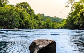 Панорамный водопад в тропическом лесу в национальном парке, Таиланд.