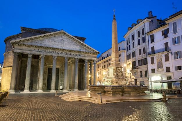 夜、イタリアのローマのパンテオン