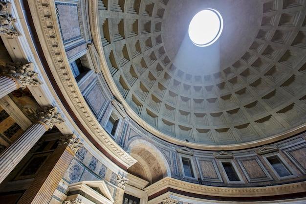 Пантеон в риме, италия, 16 июля 2013 года. пантеон был построен как храм всем богам древнего рима и перестроен императором адрианом около 126 года нашей эры.