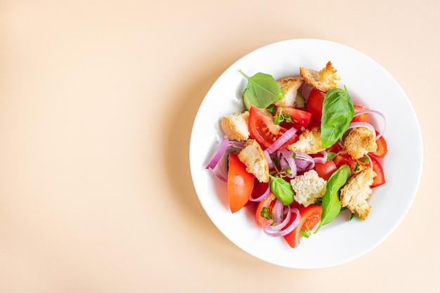 Панзанелла томатный салат гренки луковые сухари на столе здоровое питание веганский или вегетарианский