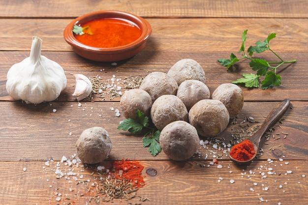 Papas arrugadas con mojo. типичное канарское блюдо, картофель с мохе пикон. типичная испанская и канарская концепция тапас.
