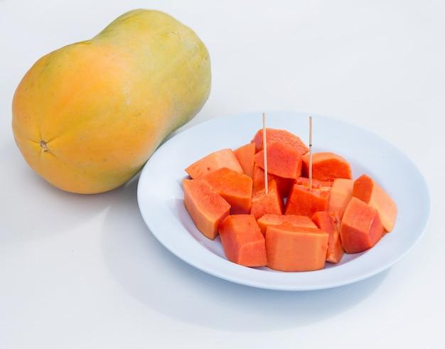 접시에 파파야 과일