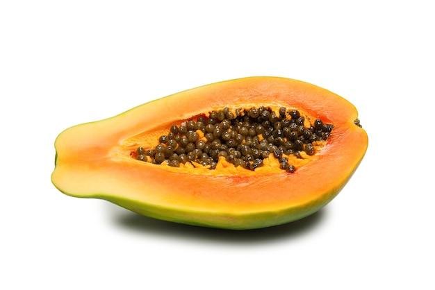 Плоды папайи, изолированные на белом фоне. тропический фрукт. половина папайи. вид сверху.