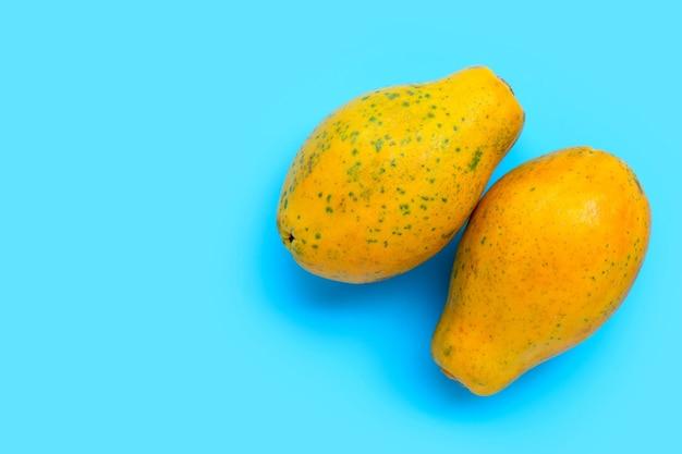 青の背景にパパイヤの果実。上面図