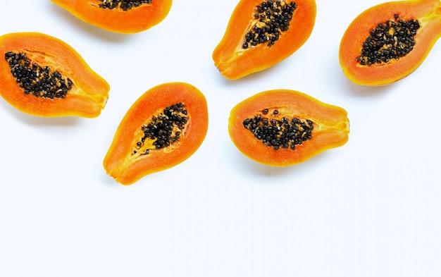 Плоды папайи на белом фоне.