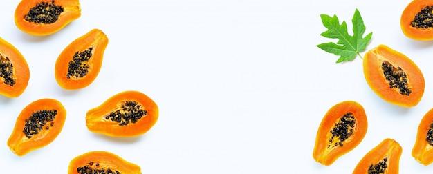 白い背景の上のパパイヤの果実。