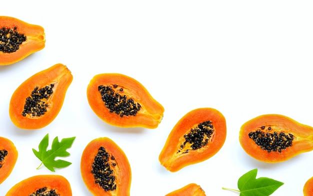 Плоды папайи на белом.