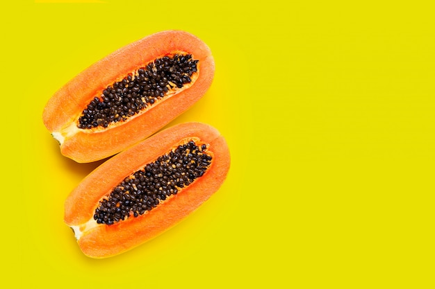 黄色の背景にパパイヤの果実。