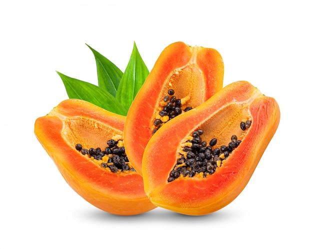 白い壁に種子とパパイヤの果実