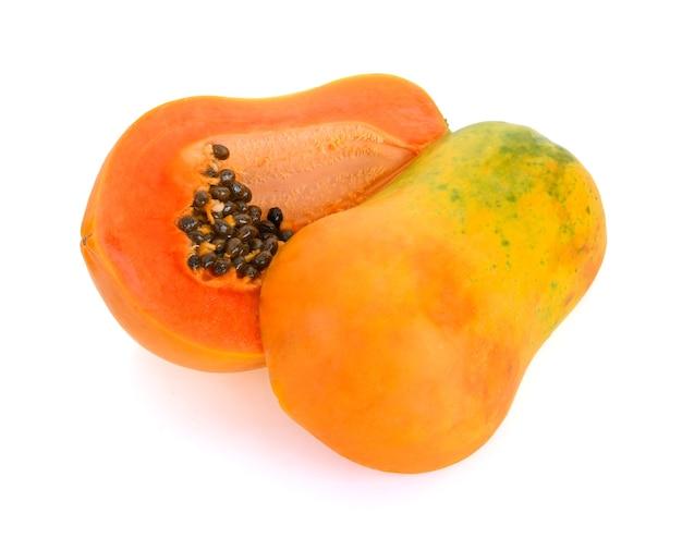 白で分離されたパパイヤの果実