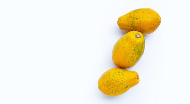 白い背景にパパイヤの果実。コピースペース