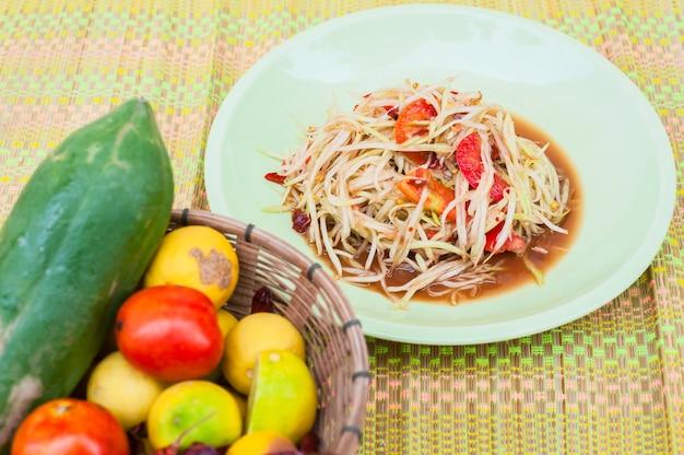 パパイヤサラダ、料理と食材の上に、スティッキーライスロースの背景に