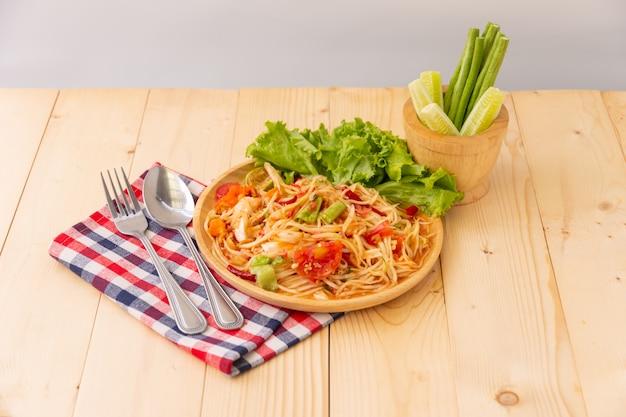 나무 테이블, 태국 현지 음식에 파파야 샐러드 평면도.