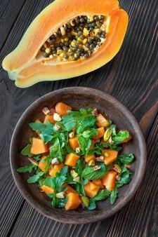 Салат из папайи с мятой, фисташками и рукколой