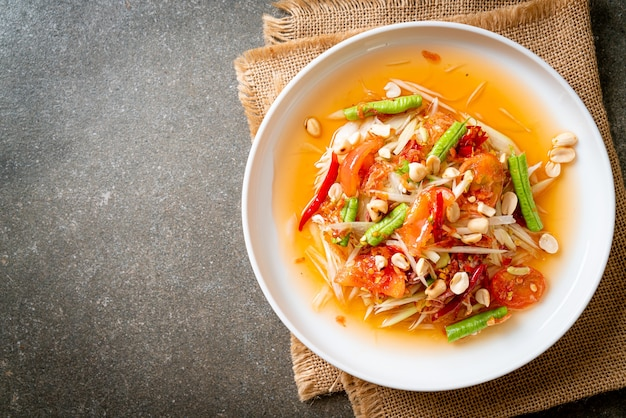 パパイヤスパイシーサラダ-ソムタム-タイの伝統的な屋台の食べ物のスタイル