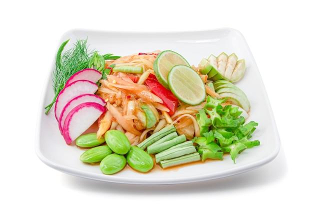 クリッピングパス、タイ料理、ソムタムと白い背景で隔離の野菜セットのパパイヤスパイシーサラダ。