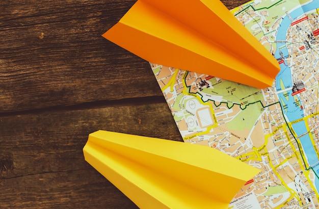 Бумажный самолетик на карте. концепция путешествия