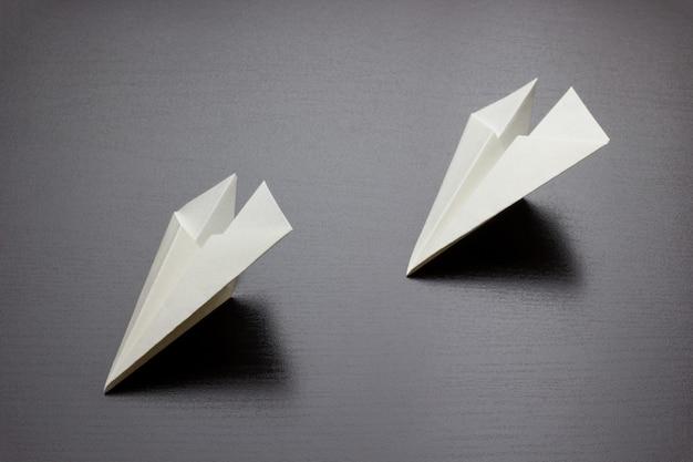 暗い背景の紙飛行機