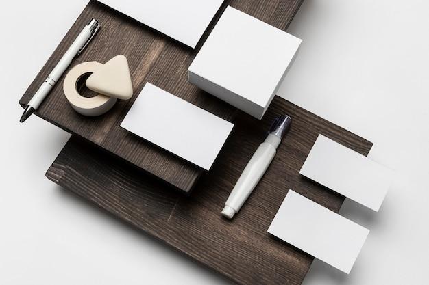 木製のモダンなスタンドに紙とアクセサリー